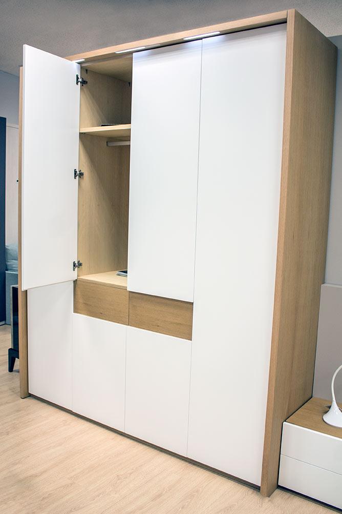 Dormitorio de matrimonio en madera de roble y lacado for Muebles dormitorio blanco y roble