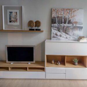 Salón nórdico en madera de roble y blanco