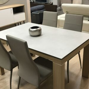Mesa de comedor con 4 sillas en polipiel