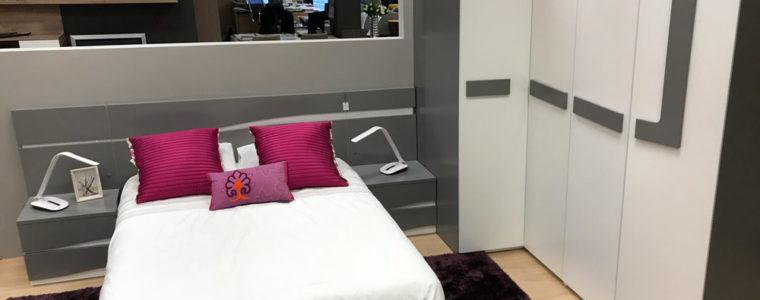 Dormitorio en madera lacada blanca y gris.