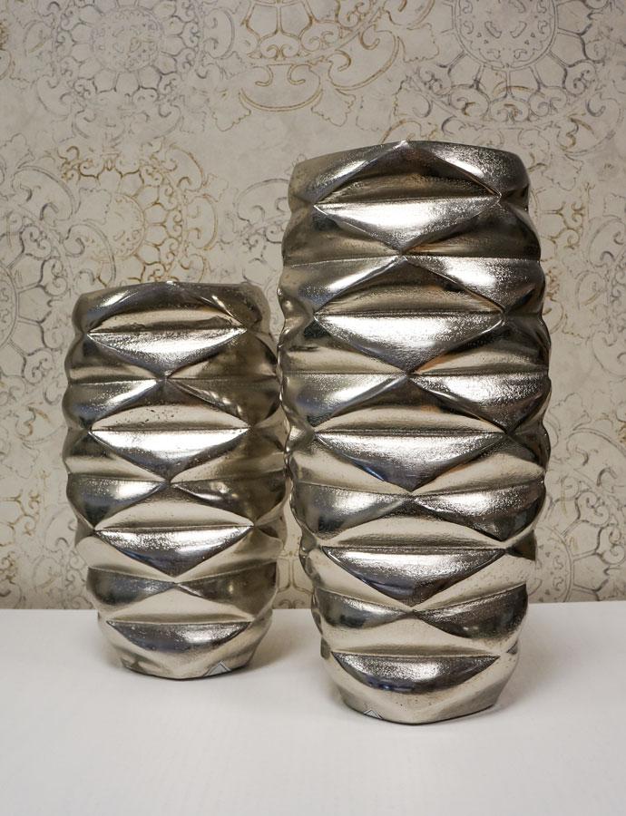 Elegante conjunto de jarrones plateados de diseño en Alcon Mobiliario.
