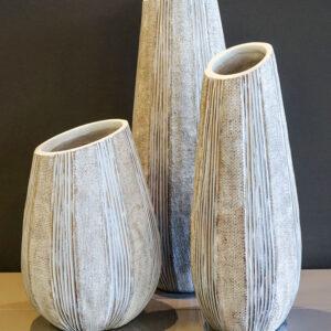 Conjunto de jarrones blancos con textura en Alcon Mobiliario. Decoración para el hogar en Vitoria-Gasteiz.