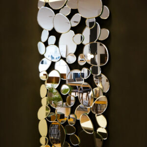 Espejo de pared con diseño de burbujas en Vitoria Gasteiz. Espejos y decoración del hogar en Alcon Mobiliario.