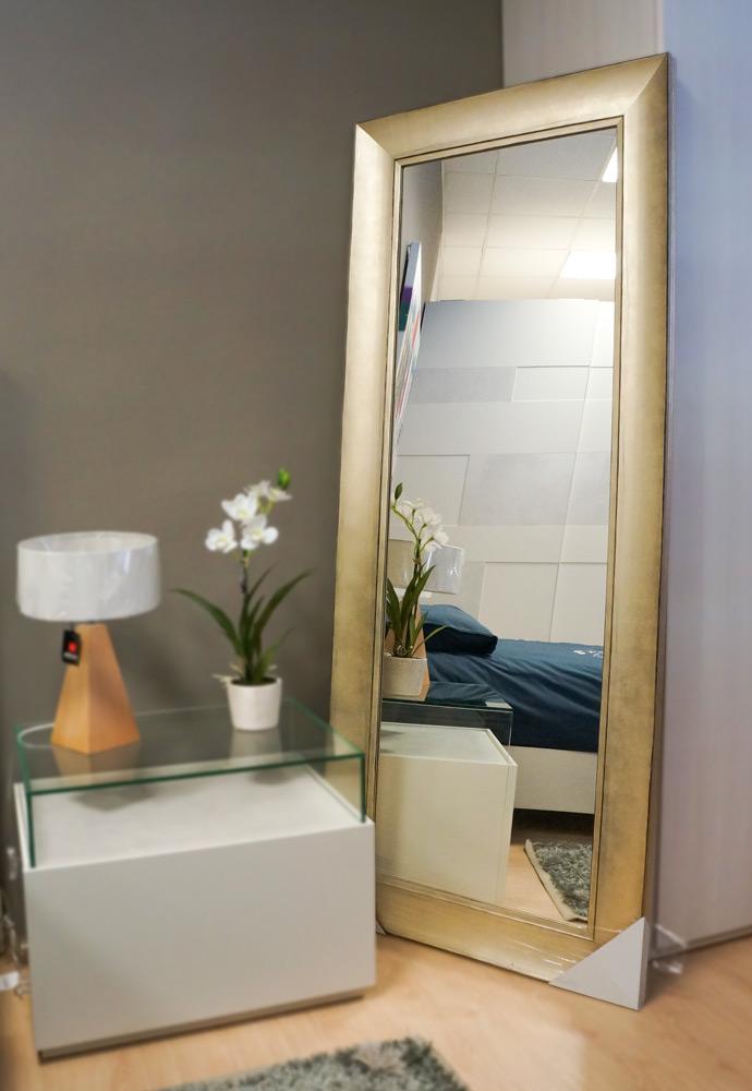 Espejo de pie con marco de madera en acabado dorado. Espejos en Vitoria Gasteiz.