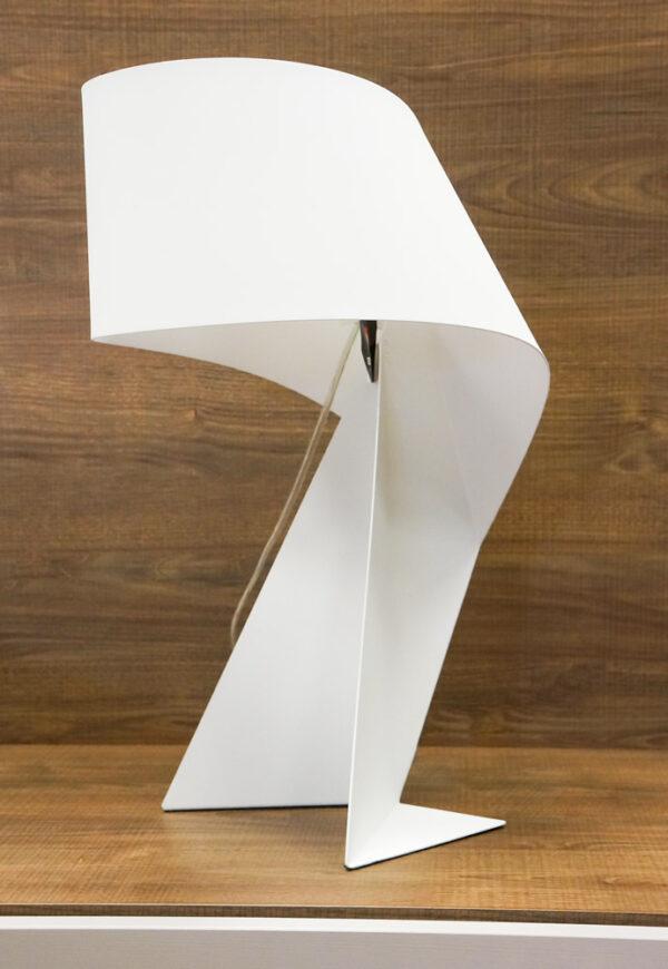 Lámpara de mesa blanca de corte moderno. Alcon Mobiliario, iluminación del hogar en Vitoria-Gasteiz.