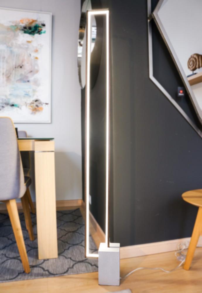 Cómo crear un espacio de teletrabajo en casa. Lámpara de pie led de corte minimalista. Iluminación del hogar en Alcon Mobiliario.