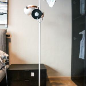Lámpara de pie con tres focos Adame de Schuller. Iluminación del hogar en Alcon Mobiliario.