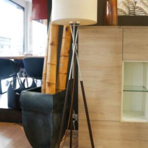 Lámpara de pie con tres patas. Todo tipo de iluminación para el hogar en Alcon Mobiliario.