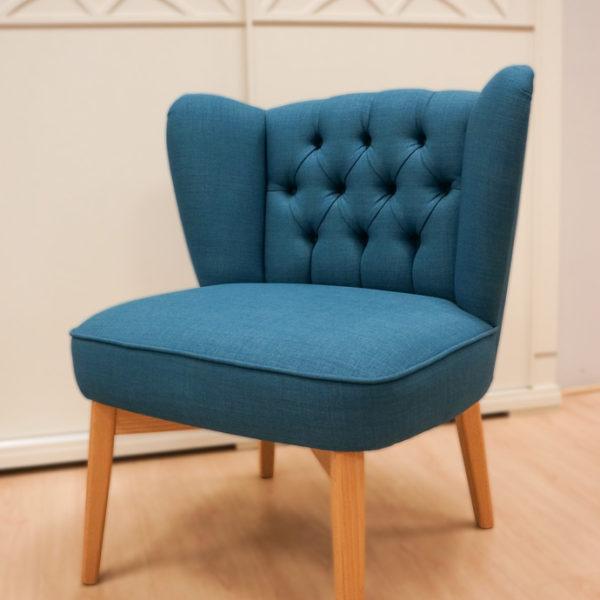 Butaca azul egeo de acabado en tela y madera. Sillas, butacas y butacones en Vitoria Gasteiz. Alcon Mobiliario.