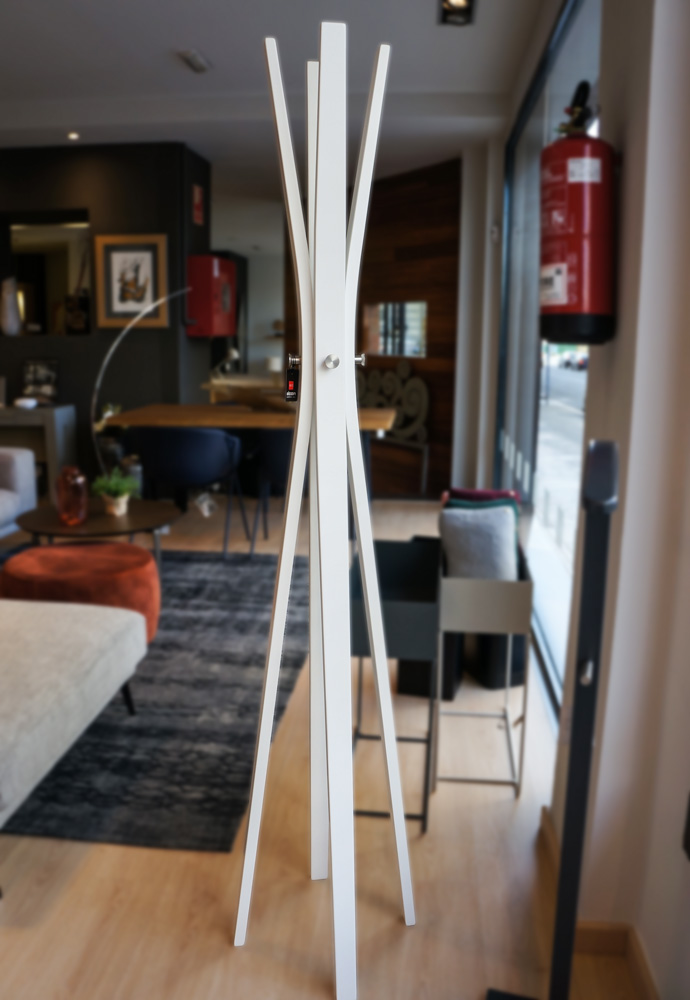 Perchero de pie blanco con diseño moderno minimalista en Alcon Mobiliario.