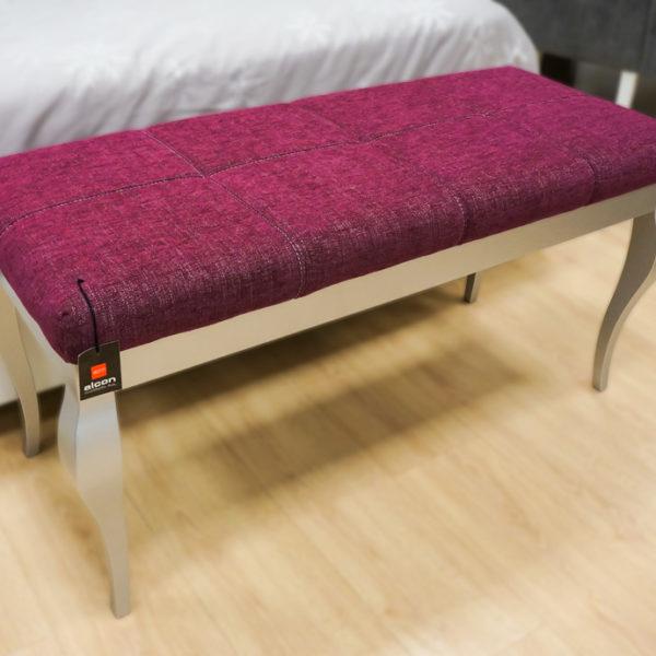 Pie de cama morado y plata para dormitorio de matrimonio en Alcon Mobiliario.