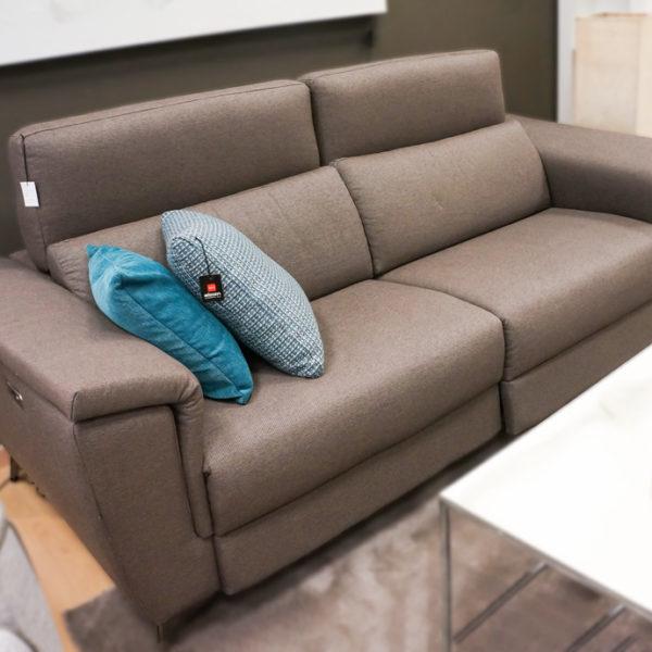 Sofá tresillo reclinable de color avellana en Alcon Mobiliario.