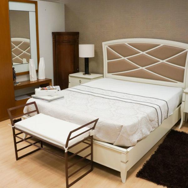 Dormitorio de matrimonio clásico en madera blanca.