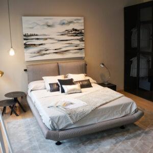 Dormitorio de matrimonio minimalista de tonalidades grises,