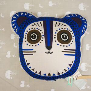 Cojín infantil azul leopardo de la marca Ferm Living en Alcon Mobiliario.