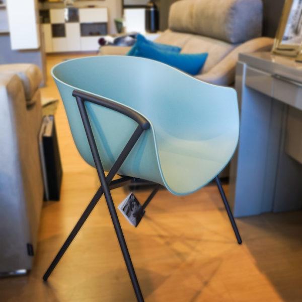 Silla de diseño turquesa de corte minimalista, idónea para salones y estudios. Más sillas en Alcon Mobiliario.