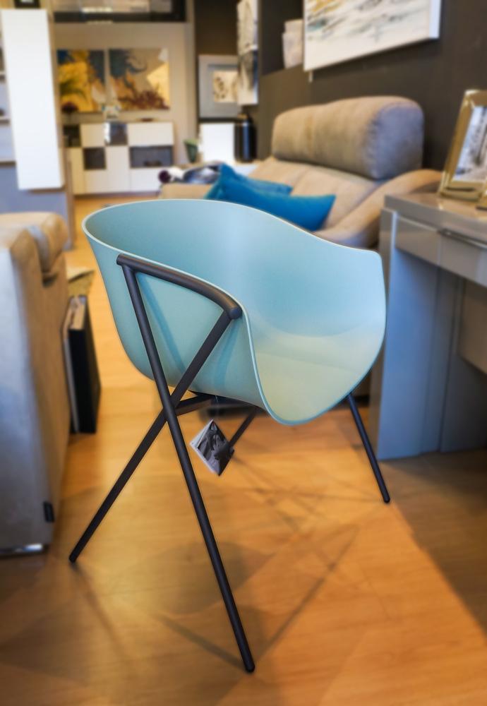 Silla de diseño turquesa de corte minimalista, idónea para salones y estudios. Más sillas en Alcon Mobiliario. Ideal para decorar la casa tras el confinamiento.