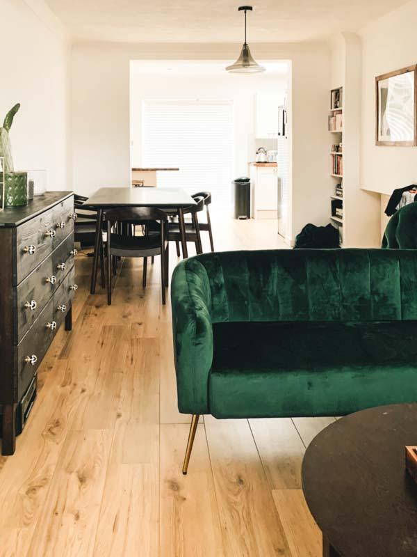 Decorar tu salón con muebles oscuros.
