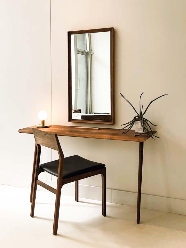 Cómo decorar tu salón con muebles oscuros. Elementos decorativos.
